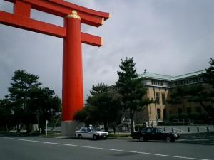 平安神宮の大鳥居と京都市美術館