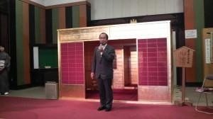 「黄金の茶室」を前に挨拶する門川市長