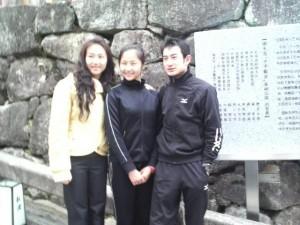 記念碑の前で記念撮影する中国障害者芸術団員